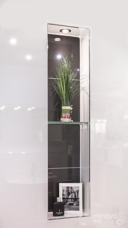 An der Wand hängender Glasschrank eines Kleinbads nach der Renovierung |Nr. 6
